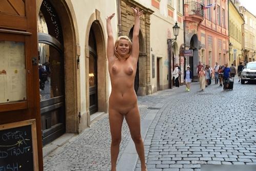 金髪美女に全裸で街中を歩かせてる野外露出ヌード画像 10