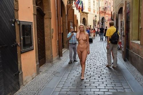 金髪美女に全裸で街中を歩かせてる野外露出ヌード画像 11