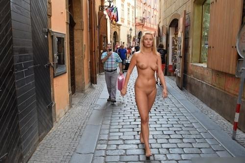 金髪美女に全裸で街中を歩かせてる野外露出ヌード画像 12