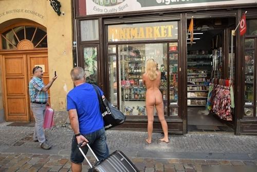 金髪美女に全裸で街中を歩かせてる野外露出ヌード画像 15
