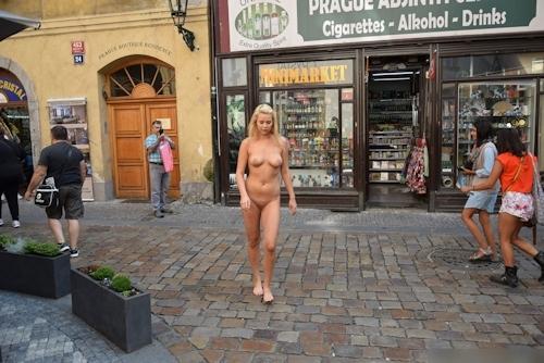 金髪美女に全裸で街中を歩かせてる野外露出ヌード画像 16