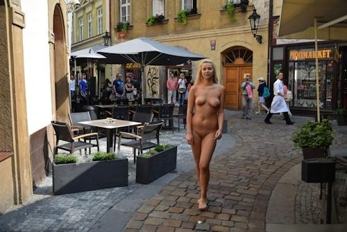 金髪美女に全裸で街中を歩かせてる野外露出ヌード画像 17
