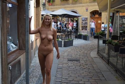 金髪美女に全裸で街中を歩かせてる野外露出ヌード画像 18