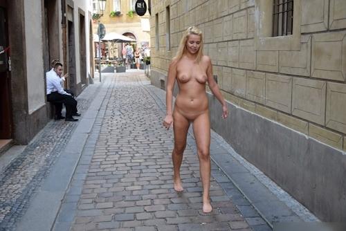 金髪美女に全裸で街中を歩かせてる野外露出ヌード画像 19
