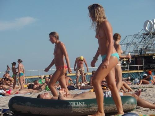 ヌーディストビーチにいた美女のヌード画像 15