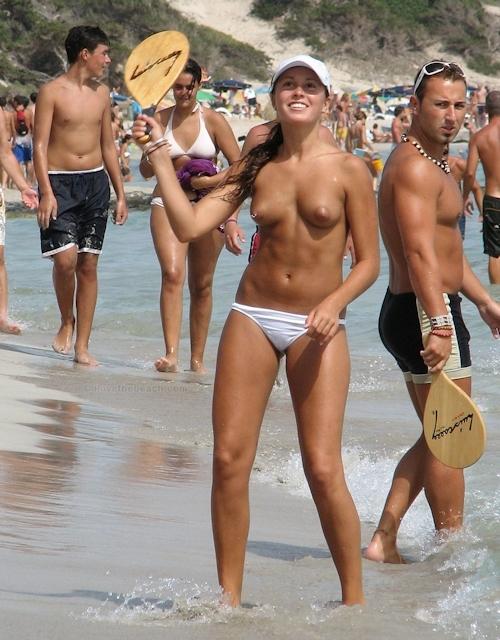 ヌーディストビーチにいた美女のヌード画像 20