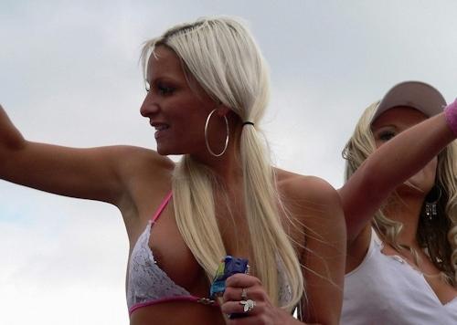 西洋女性の胸チラ&ポロリ画像 4