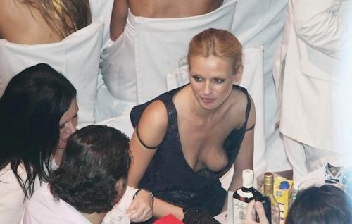 西洋女性の胸チラ&ポロリ画像 6