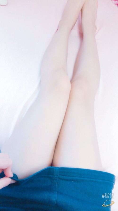 スレンダーなアジアン少女の自分撮りヌード画像 4