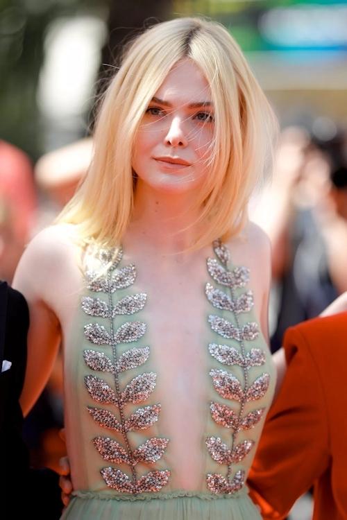 アメリカ女優 Elle Fanning(エル・ファニング)がセクシードレスで横チチ露出 1