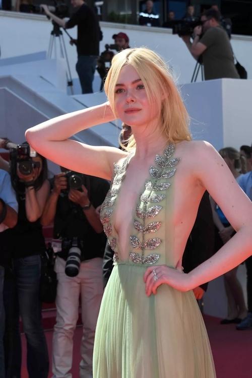 アメリカ女優 Elle Fanning(エル・ファニング)がセクシードレスで横チチ露出 9