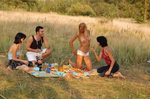全裸でピクニックしてる美乳な金髪美女のヌード画像 2