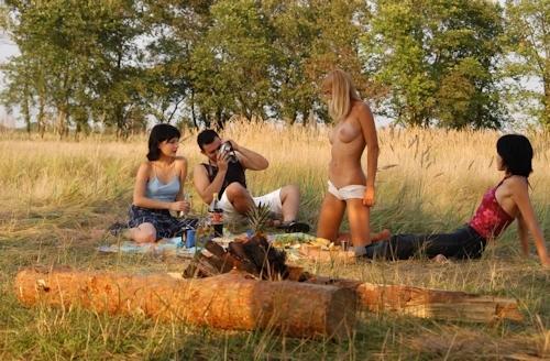 全裸でピクニックしてる美乳な金髪美女のヌード画像 3