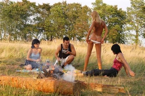 全裸でピクニックしてる美乳な金髪美女のヌード画像 4
