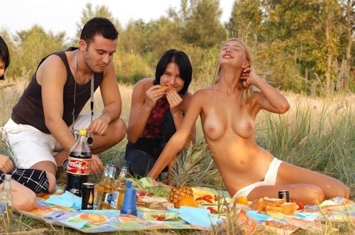 全裸でピクニックしてる美乳な金髪美女のヌード画像 7