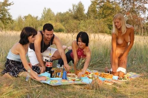 全裸でピクニックしてる美乳な金髪美女のヌード画像 8