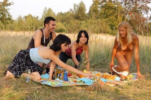 全裸でピクニックしてる美乳な金髪美女のヌード画像 9