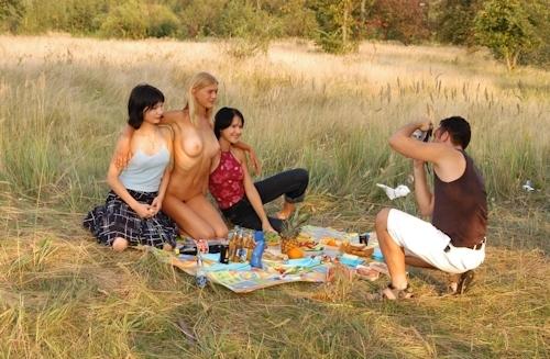 全裸でピクニックしてる美乳な金髪美女のヌード画像 12