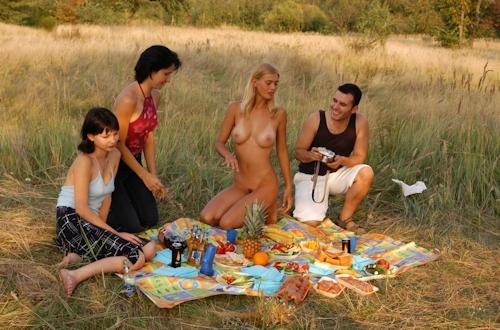 全裸でピクニックしてる美乳な金髪美女のヌード画像 15