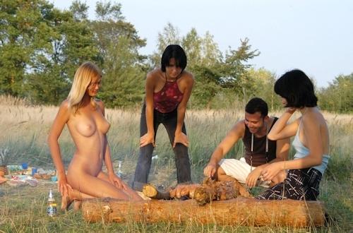全裸でピクニックしてる美乳な金髪美女のヌード画像 19