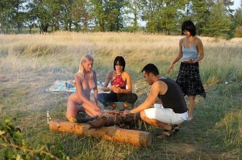 全裸でピクニックしてる美乳な金髪美女のヌード画像 20
