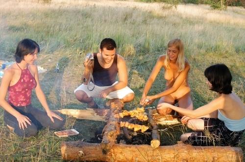 全裸でピクニックしてる美乳な金髪美女のヌード画像 22