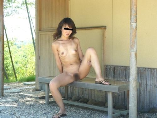 美人妻の野外露出ヌード画像 2