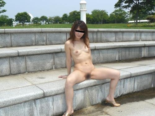 美人妻の野外露出ヌード画像 3