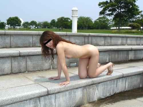 美人妻の野外露出ヌード画像 4