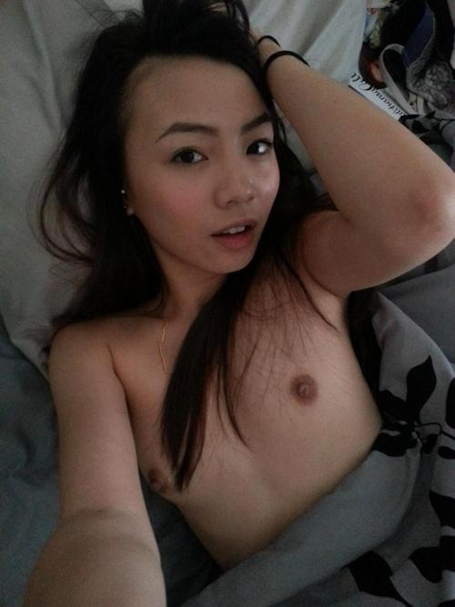 微乳なアジアン素人美女の自分撮りヌード流出画像 11