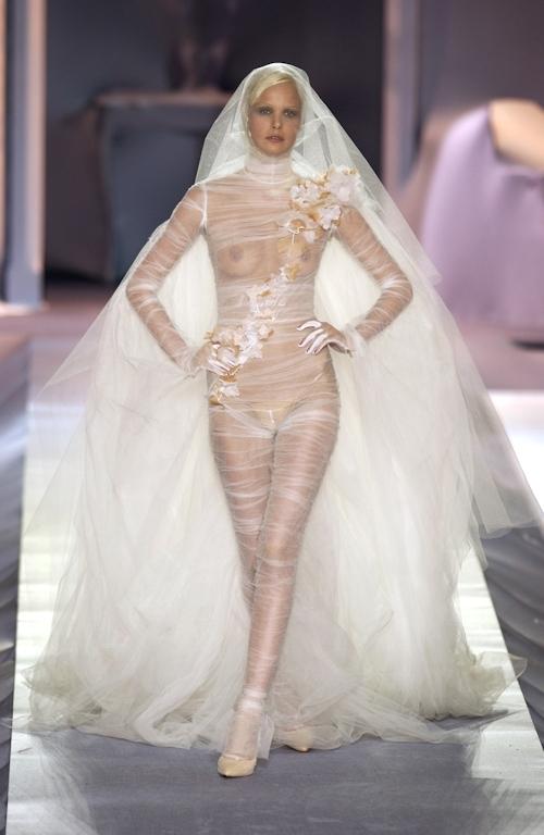 ファッションショーで乳首が透けてる&見えてるモデルのセクシー画像 1