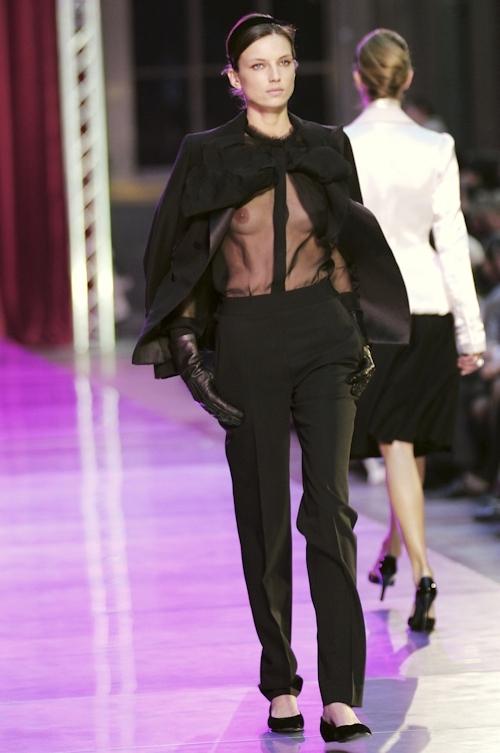 ファッションショーで乳首が透けてる&見えてるモデルのセクシー画像 2