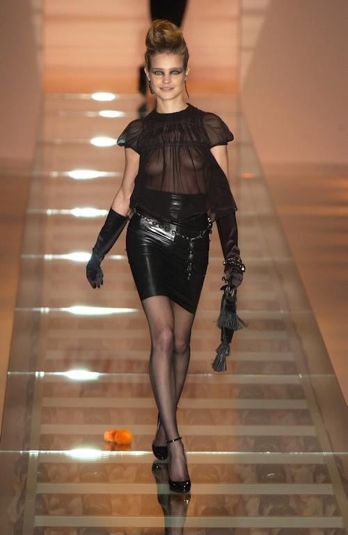 ファッションショーで乳首が透けてる&見えてるモデルのセクシー画像 3