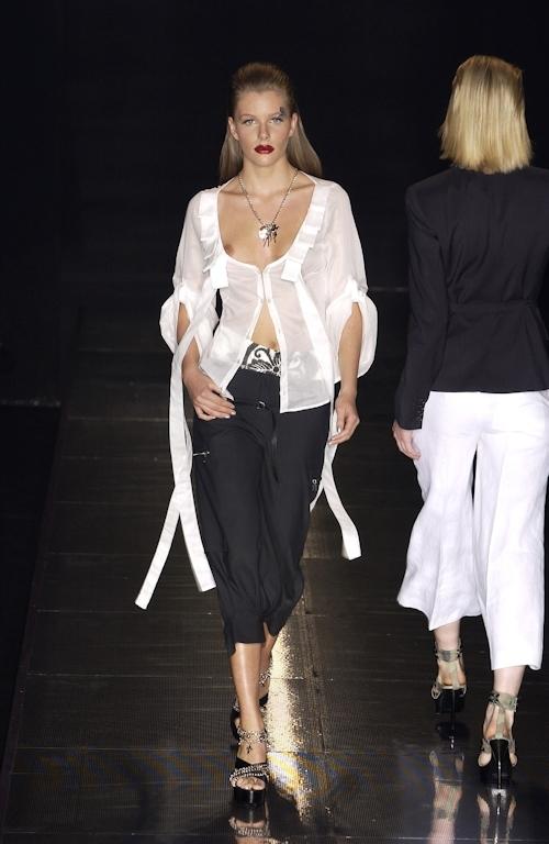 ファッションショーで乳首が透けてる&見えてるモデルのセクシー画像 4