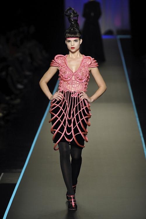ファッションショーで乳首が透けてる&見えてるモデルのセクシー画像 7