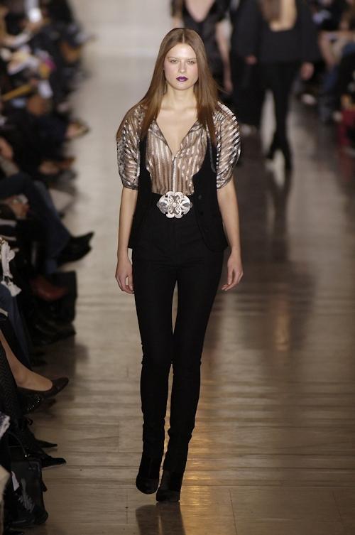ファッションショーで乳首が透けてる&見えてるモデルのセクシー画像 9