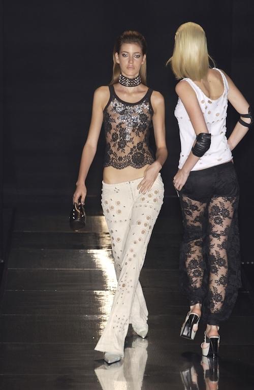 ファッションショーで乳首が透けてる&見えてるモデルのセクシー画像 10