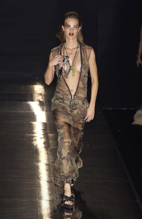 ファッションショーで乳首が透けてる&見えてるモデルのセクシー画像 12