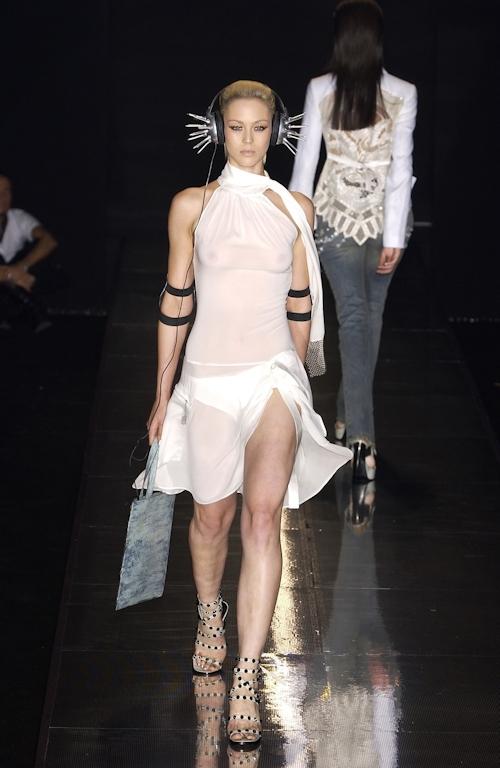 ファッションショーで乳首が透けてる&見えてるモデルのセクシー画像 16