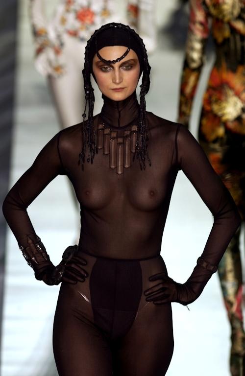 ファッションショーで乳首が透けてる&見えてるモデルのセクシー画像 19