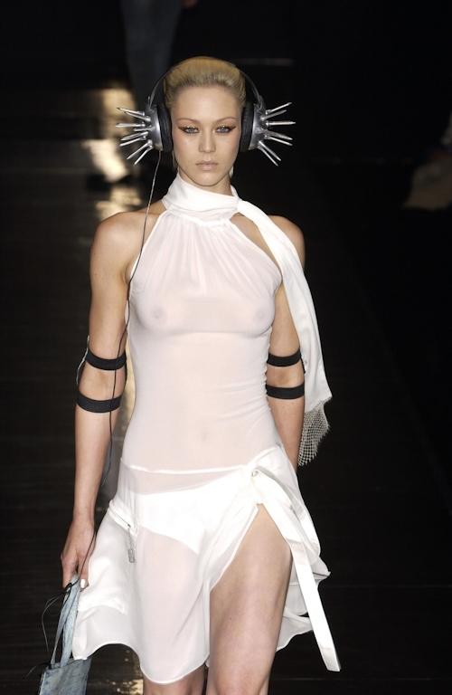 ファッションショーで乳首が透けてる&見えてるモデルのセクシー画像 20