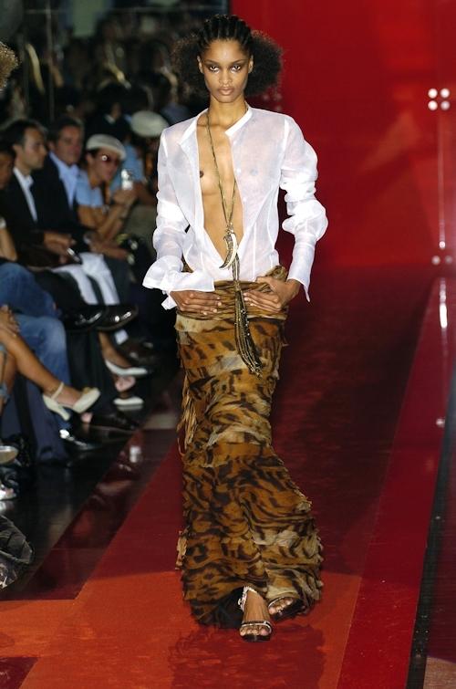 ファッションショーで乳首が透けてる&見えてるモデルのセクシー画像 21