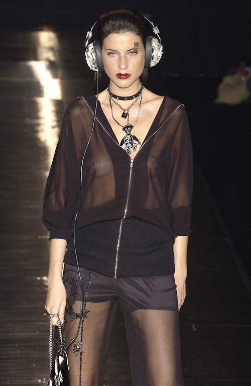 ファッションショーで乳首が透けてる&見えてるモデルのセクシー画像 22