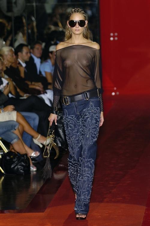 ファッションショーで乳首が透けてる&見えてるモデルのセクシー画像 23