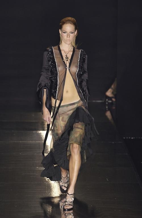 ファッションショーで乳首が透けてる&見えてるモデルのセクシー画像 24