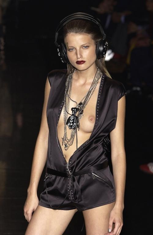 ファッションショーで乳首が透けてる&見えてるモデルのセクシー画像 25