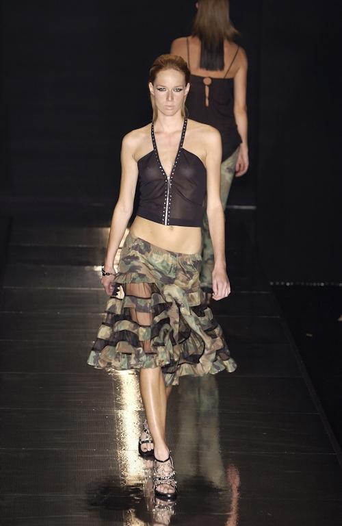 ファッションショーで乳首が透けてる&見えてるモデルのセクシー画像 26
