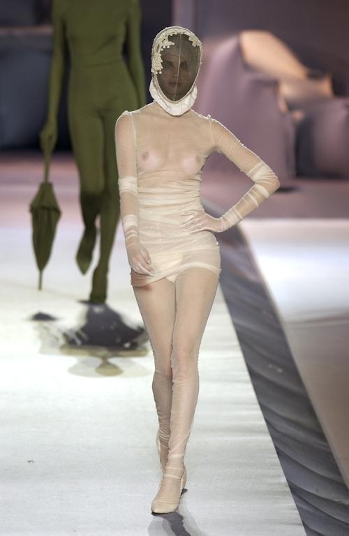 ファッションショーで乳首が透けてる&見えてるモデルのセクシー画像 27
