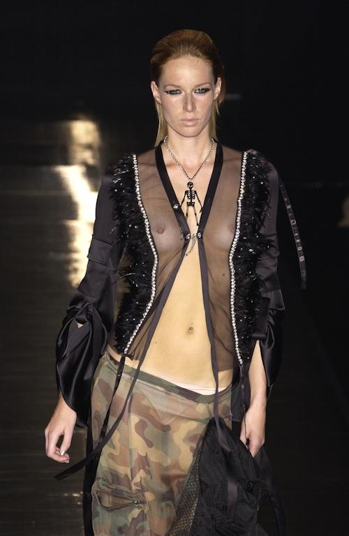 ファッションショーで乳首が透けてる&見えてるモデルのセクシー画像 28