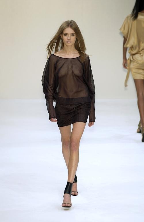 ファッションショーで乳首が透けてる&見えてるモデルのセクシー画像 29